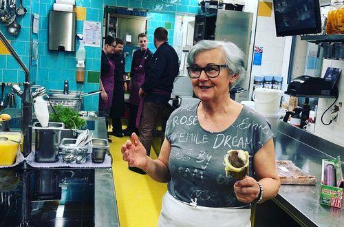 Evi Kreidl zeigt dem HeLeni Team wie man Krapfenfülle zubereitet