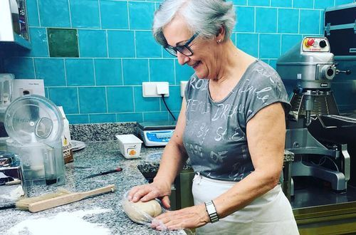 Evi Kreidl bereitet Zillertaler Krapfen zu