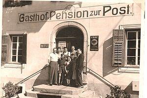 Die junge Familie Egger mit lieben Gästen um 1945