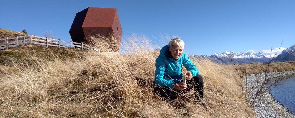 Wanderführerin Judy vor der Granatkapelle am Penken