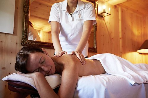 The program alternates between relaxation in the form of massage and meditation, with days that include active modules like hiking