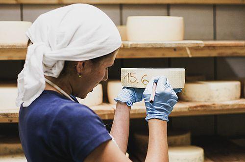 Tägliche Sennerspflicht: den Käse umsorgen